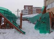 O terasă a fost distrusă de zăpadă
